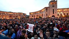 Dühös tömeg söpörte el Örményország erős emberét
