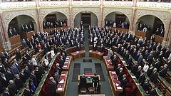 Cigányzene, tüntetés, bújkáló fideszesek - így kezd a nyolcadik magyar Országgyűlés