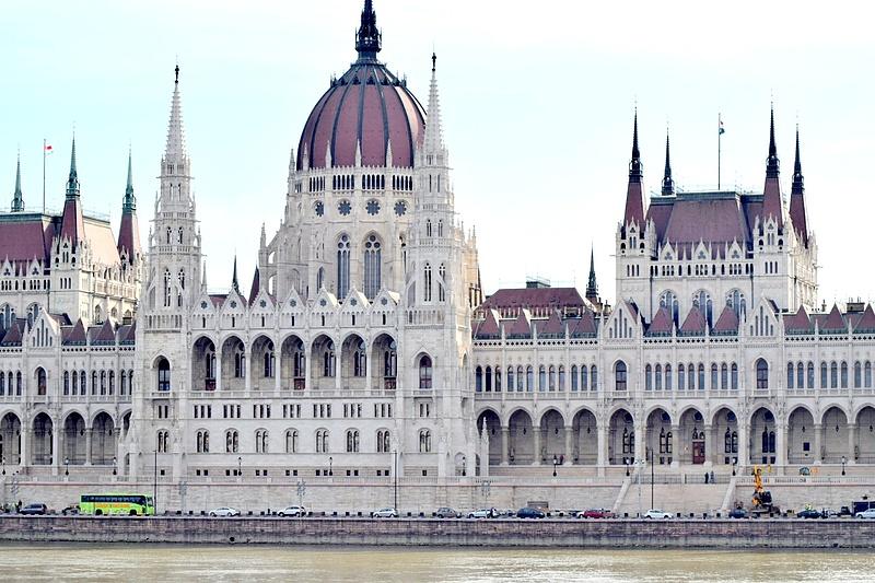 Szerdán szavazhatnak a képviselők az alkotmánymódosításról és a Stop Soros csomagról