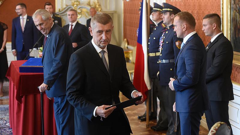 Beadták a derekukat a kommunisták, megalakulhat a cseh kormány