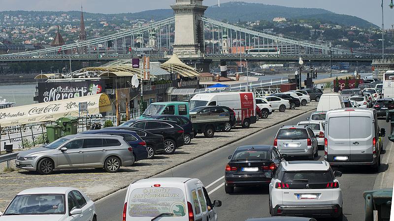 Több forgalmas utat lezárnak Budapesten