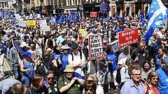 Hatalmas tüntetések robbantak ki Londonban