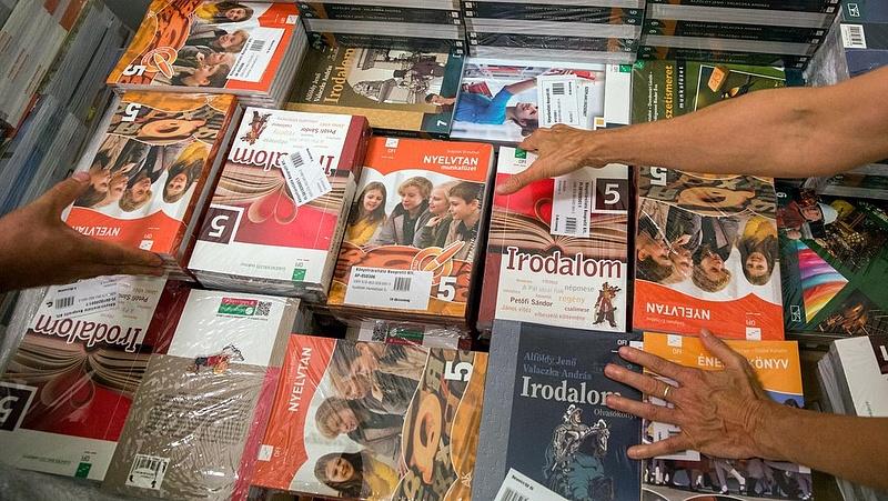 Több száz tankönyvet átírnak - végképp lenyúlja az állam a tankönyvpiacot?