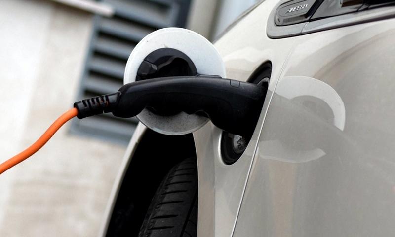 Változás jön a Mol-kutakon augusztustól: fizetni kell az autók töltéséért