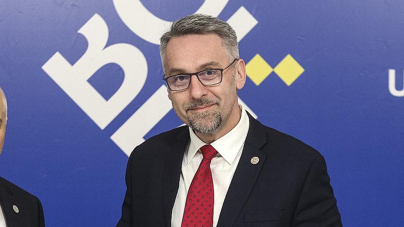 Újabb cseh miniszter bukhat a diplomája miatt