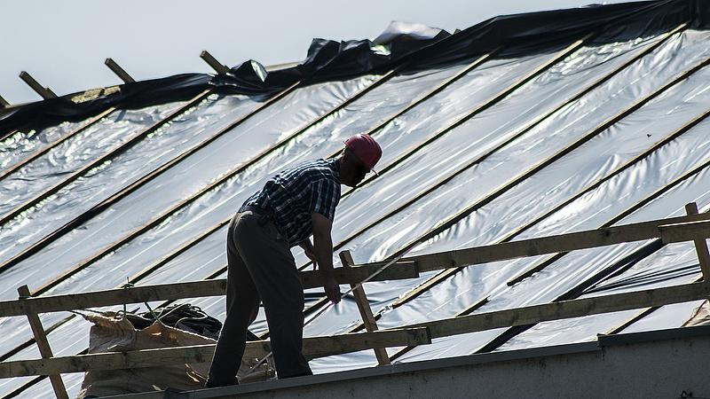 A tetőjavításoknál is megjelent az építőanyag-drágulás