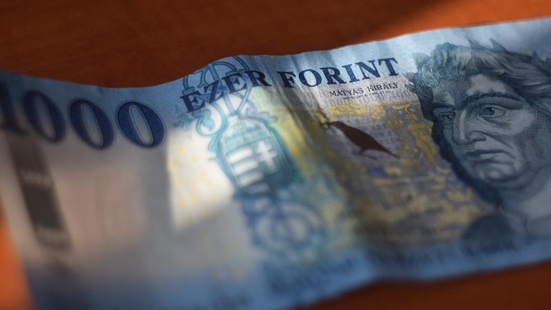 Lassan 327 forint környékén az euró