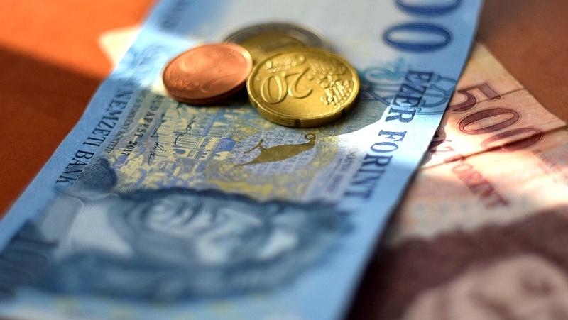 Majd' másfél forintot gyengült a forint az euróhoz képest