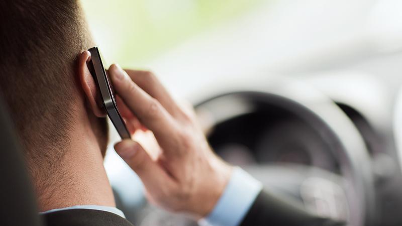 Drasztikus javaslatot tett egy szakértő a vezetés közben mobilozókkal kapcsolatban