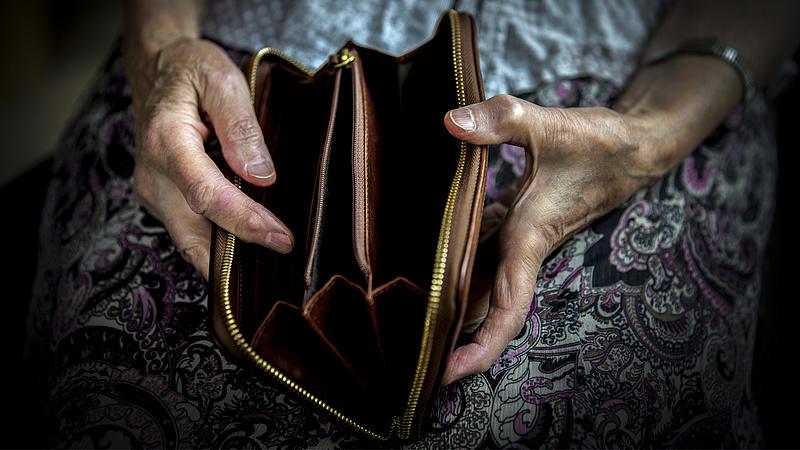 Nyugdíjasok helyzete: megy a bűvészkedés a számokkal