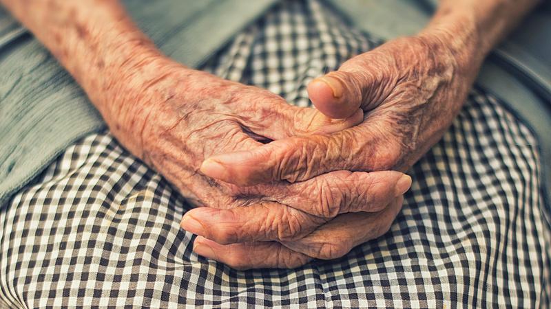 Riasztást adott ki a rendőrség: új módszerrel verik át a nyugdíjasokat