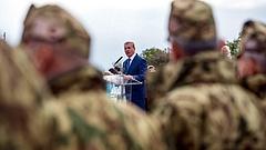 Honvédelmi alkalmazottak: pánikkeltésról beszél a miniszter