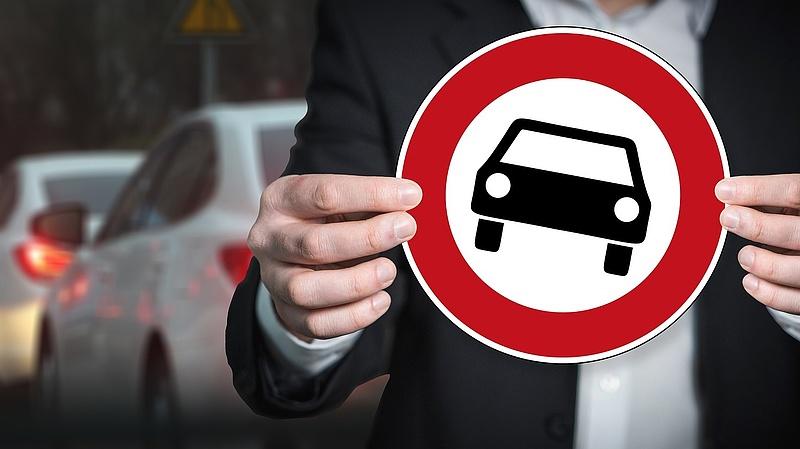 A tervezettnél hamarabb tiltaná meg Nagy-Britannia a hagyományos hajtású autók eladását