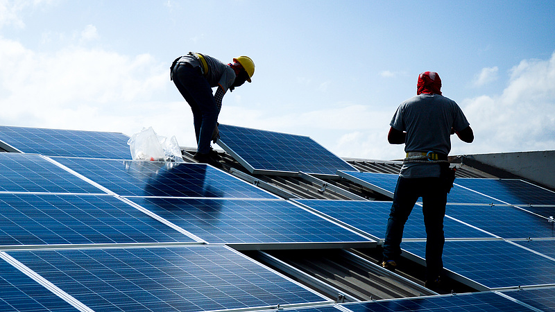 Napelemek: energiatárolókat telepít a közműszolgáltató