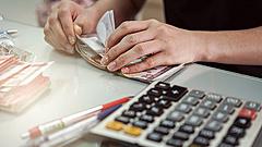 Kevés a magyarok adóssága, mégis sokaknak gondot okoz a számlafizetés