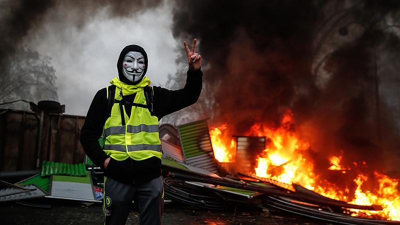 Párizsi zavargások: Macron rendkívüli ülést hívott össze
