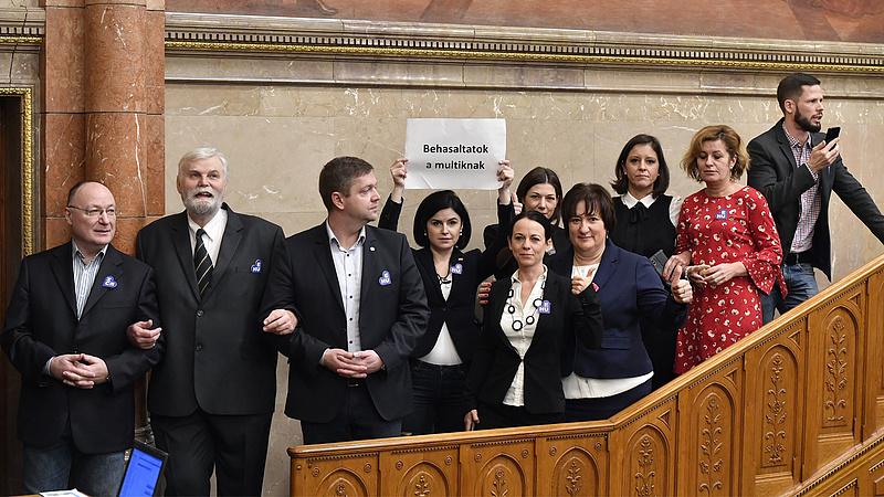 Országgyűlés: az ellenzék elfoglalta a parlamenti pulpitust