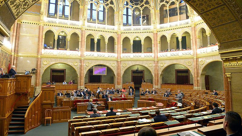 Mit gondolnak a magyarok a politikusok fizetéséről? Elárulták!