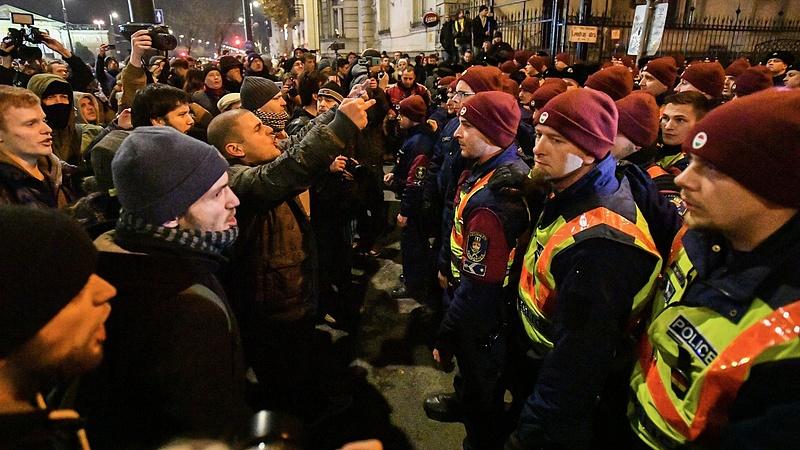 Áttörték a rendőrsorfalat a Fidesz-székháznál (Frissített: könnygázt is bevetettek)