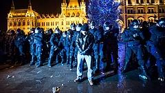 Rabszolgatörvény: újabb tüntetések kezdődtek, a rendőrség is felvonult