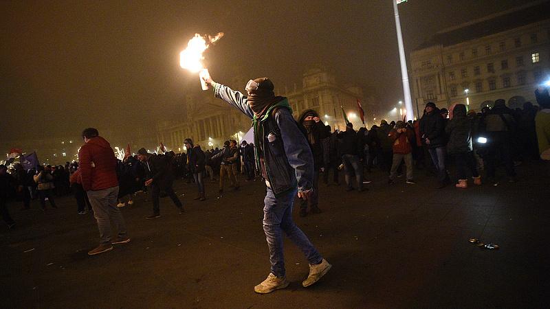 Újra lökdösődtek a rendőrökkel a tüntetők, ismét könnygázaztak (Frissítve)