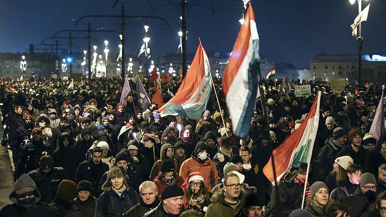 Tüntetés: könnygázt vetettek be az MTVA-székháznál