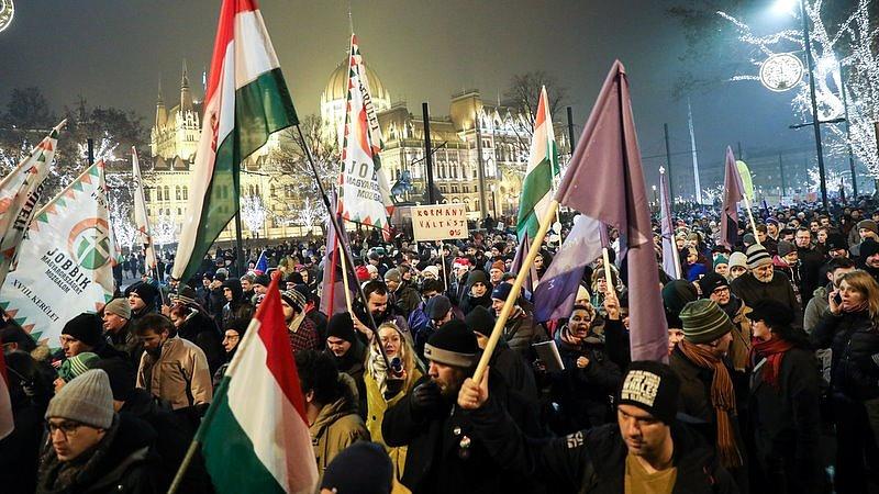 Magasabb fokozatba kapcsolt az ellenzéki ostrom