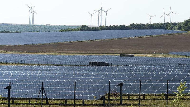 Nagy napelemes dobásra készül Macron
