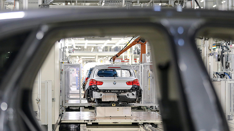 A kormány kiemelt területektől von el pénzt a BMW-gyár támogatásához