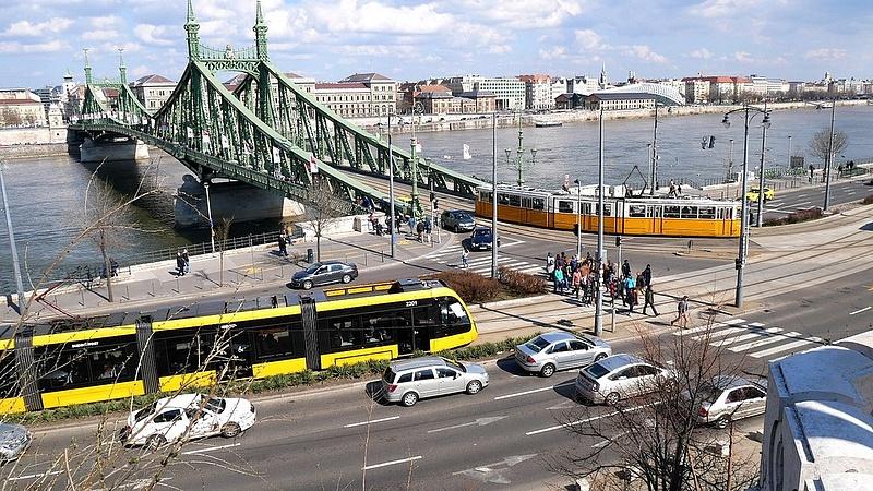 A júliusi hétvégeken kitiltják az autókat a Szabadság hídról