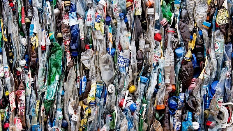 Belefulladnak a lengyelek a műanyagba