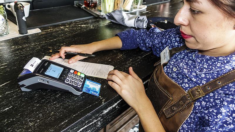 Bankkártyával fizet? Jóval olcsóbb lesz sok szolgáltatás az eurósoknak