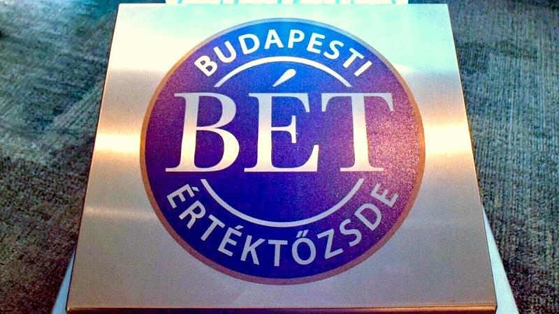 Budapest vörösben úszik