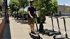 Változást sürgetnek a jogosítványoknál - egyre több gond az elektromos rollerekkel