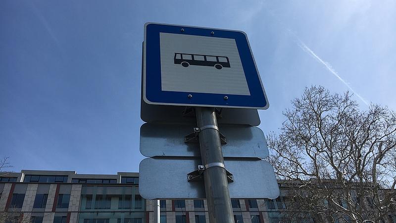 Egy Audi leparkolt a 21-es busz útvonalán - fotóval (frissített)