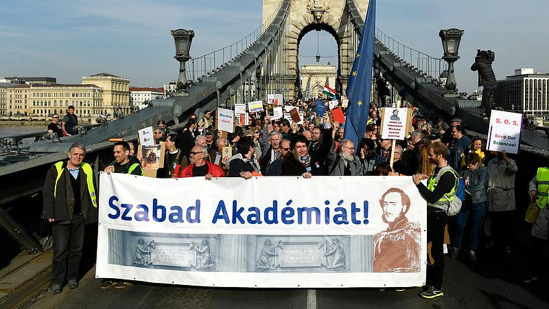 A szabad akadémiáért tüntettek a dolgozók