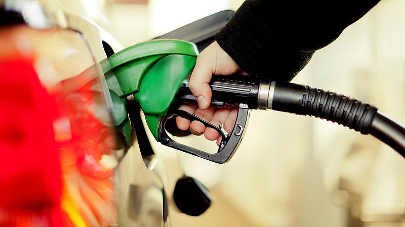 Pénteken tovább zuhan az üzemanyagok ára
