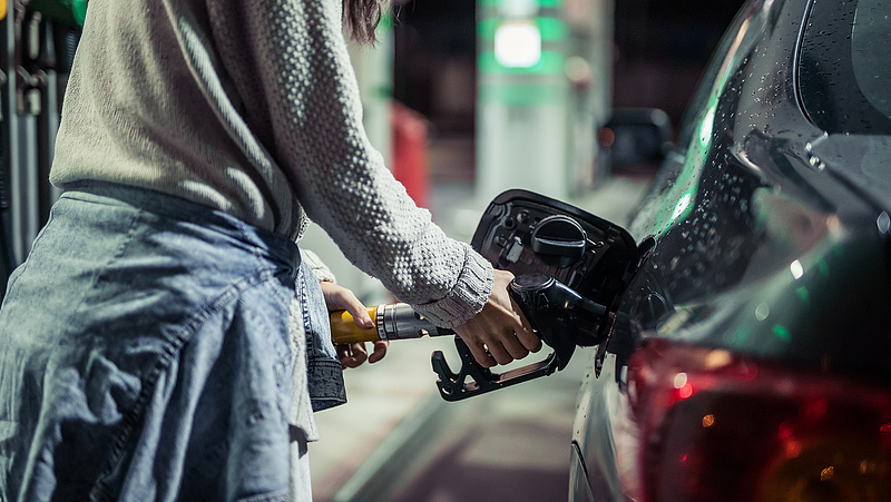 Milliókért tankolnak a magyar képviselők a parlamenti benzinkártya terhére