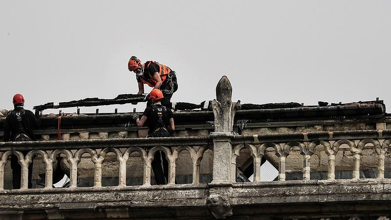 Elkezdték befedni a Notre-Dame-ot - Fotókkal