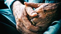 Demens nyugdíjasokat loptak meg