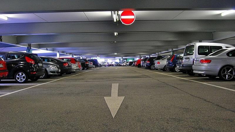A kormány ingyenessé tette a parkolóházakat éjszakára