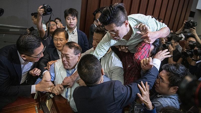 Egymásnak estek a hongkongi parlament képviselői