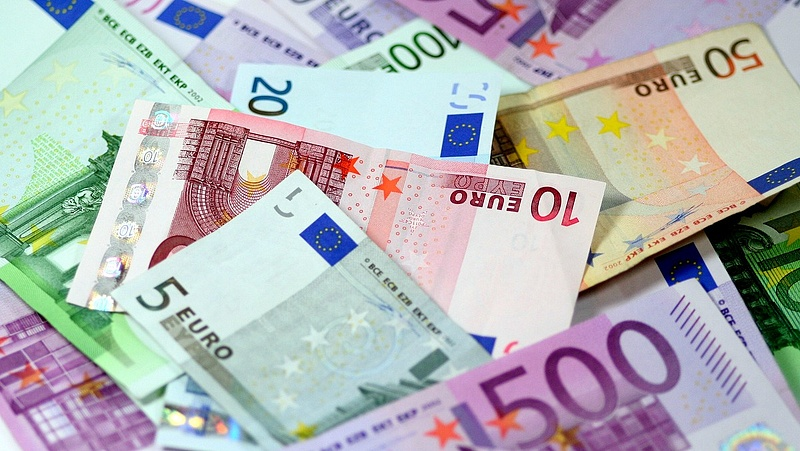 Még mindig 326 forint felett jegyzik az eurót