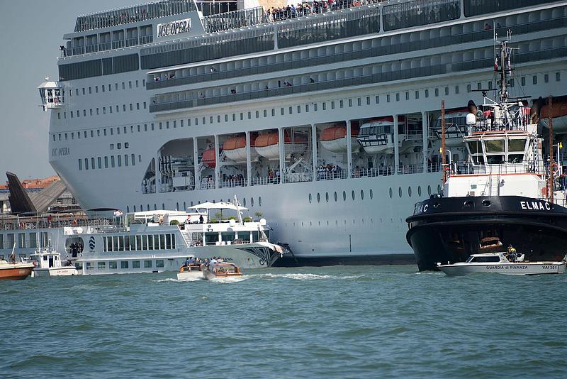 Óceánjáró tarolt le egy turistahajót Velencében