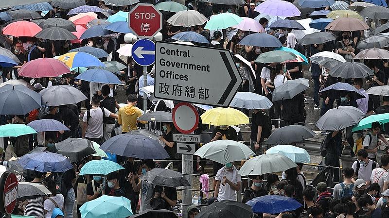 Továbbra sem mond le a hongkongi kormányzó