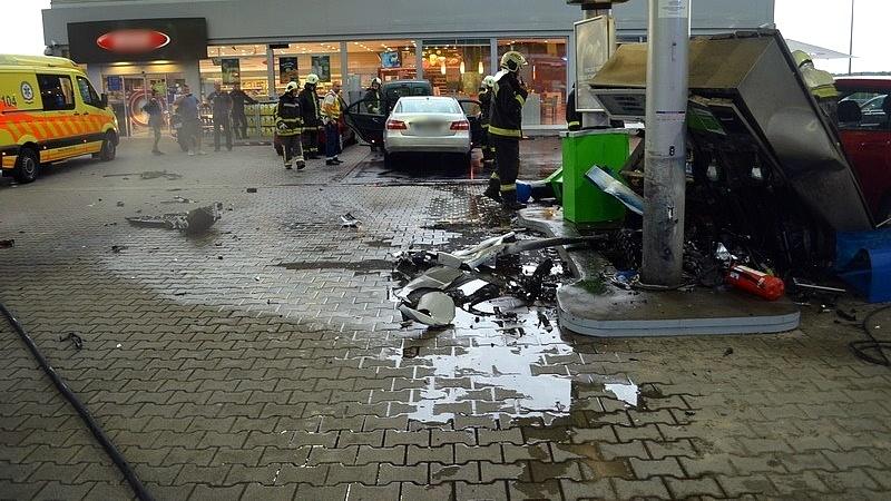 Meghökkentő baleset: egy autós kidöntött egy benzinkútoszlopot