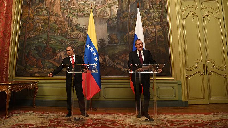 Oroszország magyarázkodik, miért küldött katonai gépet Venezuelába