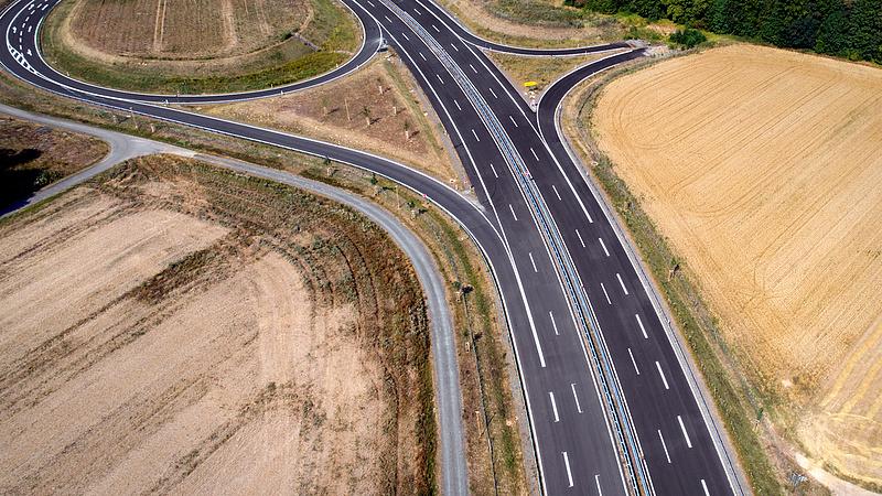 Csaknem 400 milliárdból bővül idén az úthálózat