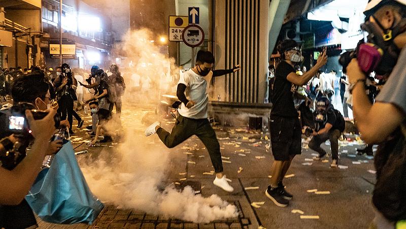 Már osztogatással kenyerezné le a tüntetőket Hongkong