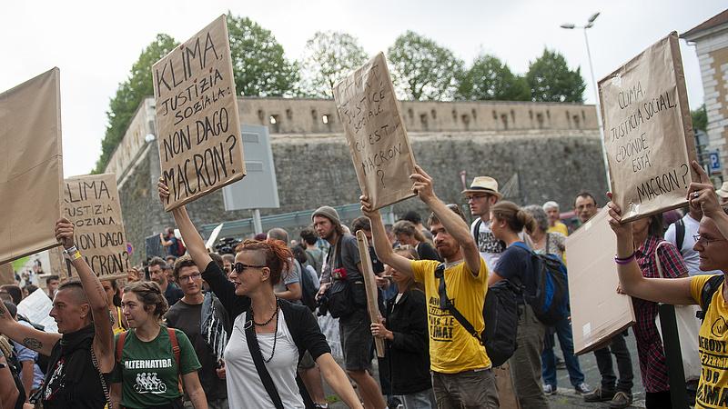 Tovább tüntettek a G7-csúcs ellen